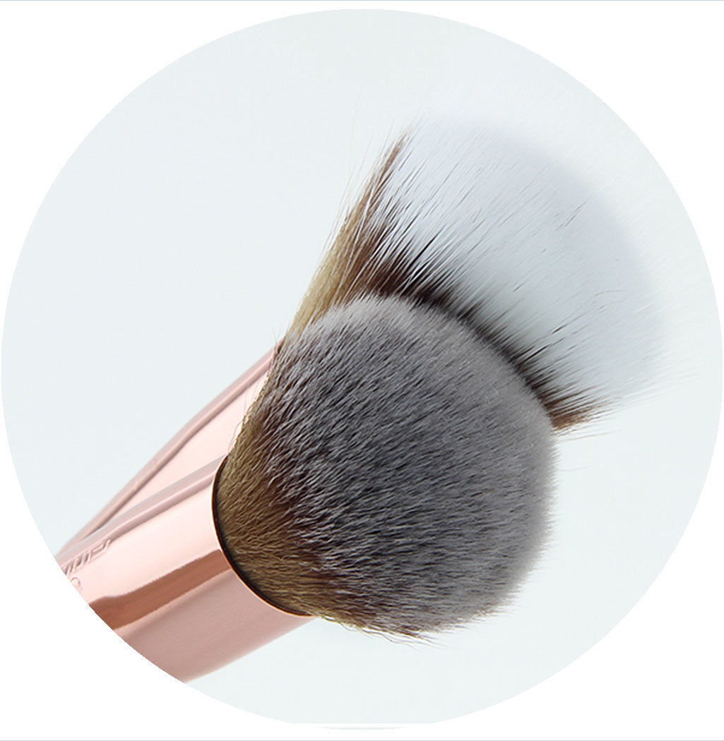 Zoom sur pinceaux professionnels teint summer vibes poils synthétiques tout doux